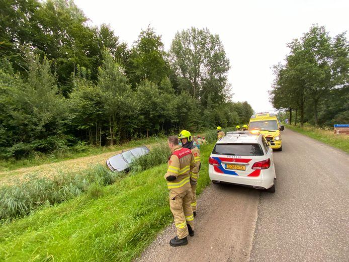 Auto in greppel langs Nulderpad in Zeewolde.