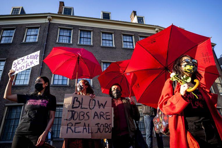 Demonstranten voeren voor het gebouw van de Tweede Kamer actie tegen het besluit dat sekswerkers nog niet aan de slag mogen.  Beeld ANP