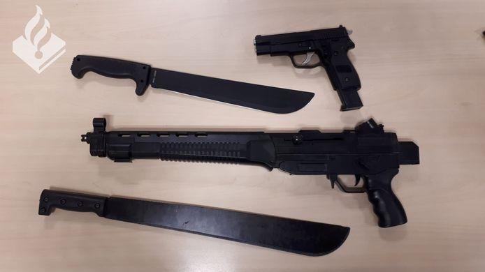 De machetes en (balletjes-)pistolen die in beslag zijn genomen door de politie.