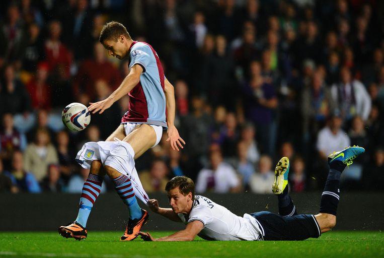 Jan Vertongen (Tottenham Hotspur) hangt aan Stefano Chuka (Anderlecht), 2015. Beeld