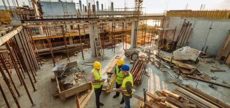 Twentse bouwers in de problemen door extreme prijsstijgingen en tekort materiaal: 'Dit is niet grappig meer'