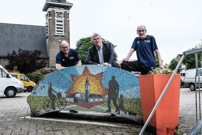 Henri Weikamp, voormalige kroegbaas Henny Heutinck en Peter Valen (v.l.n.r.) zitten vanaf dit jaar in de BMV met hun Tour de Mariënvelde. Mede-organisator George Wieggers ontbreekt op de foto.
