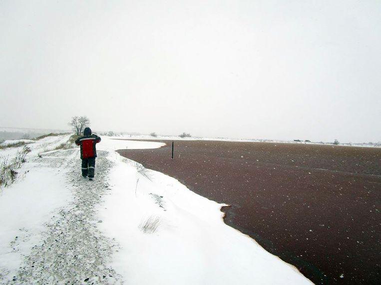 Het afvalreservoir van de naftaleenfabriek, even buiten Novgorodske, dat bestaat uit twee meren gevuld met vloeibaar gif. Beeld michiel driebergen