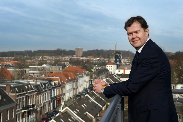 Marcel Hielkema op het dak van advocatenkantoor Dirkzwager in Arnhem.