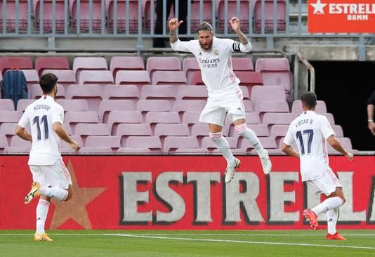 Sergio Ramos zegeviert met Real Madrid tegen FC Barcelona in Camp Nou.