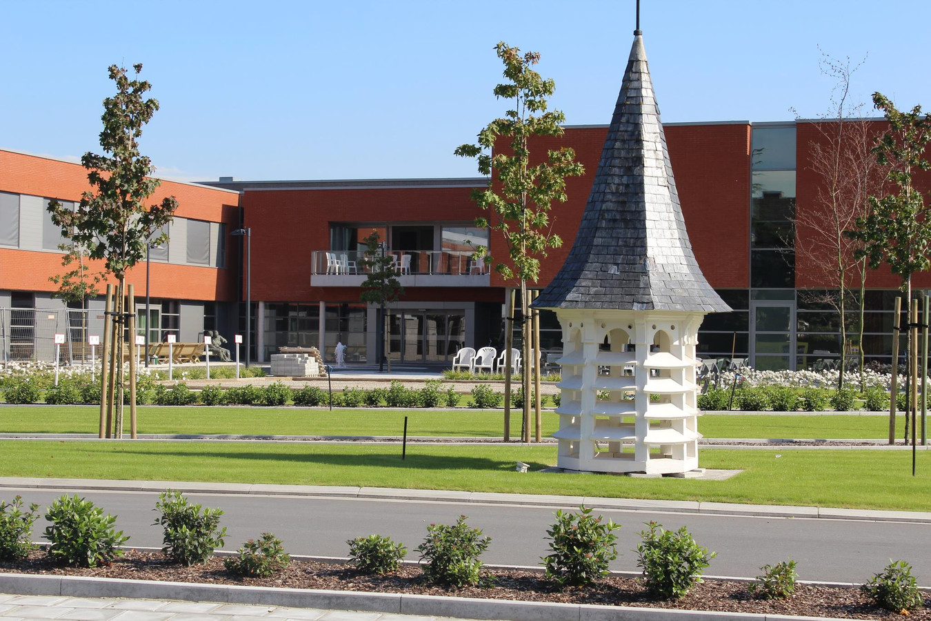Het woonzorgcentrum van Kachtem toonde eerder al aan dat een torentje van een ouder gebouw gerecupereerd kan worden. Het kreeg een nieuwe plaats in de voortuin van het nieuwe woonzorgcomplex.
