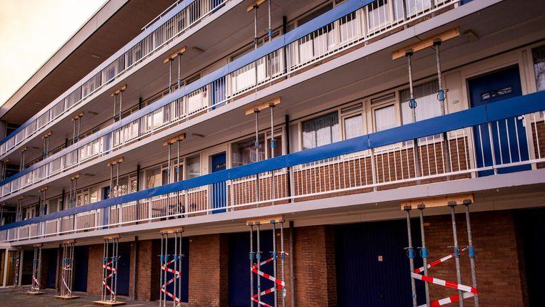 De flat aan de Van Heuven Goedhartlaan wordt ondersteund. Beeld Lin Woldendorp
