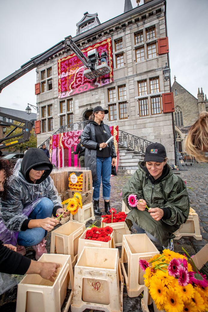 Een gerenommeerd team uit Azerbeidzjan zet Bilzers stadhuis in de bloemetjes