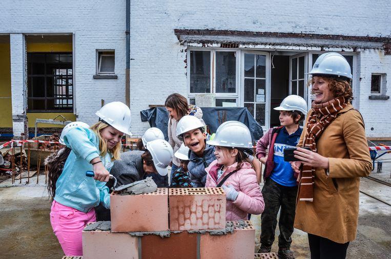 Schepen van Onderwijs Elke Decruynaere (rechts) wil met een masterplan een capaciteitstekort in het Gents basis en secundair onderwijs voorkomen.