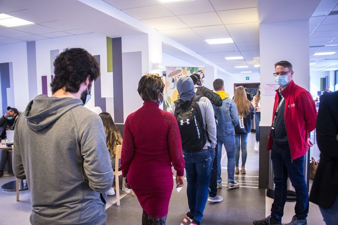 Ils étaient une cinquantaine avant l'ouverture, mais ont été plus de 300 en tout, à venir chercher leur colis à l'Université de Liège.