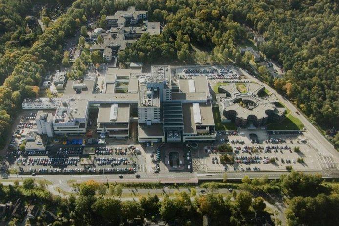 Gelre ziekenhuizen in Apeldoorn vanuit de lucht. Rechts parkeerterrein P2. Het parkeerdek wordt vervangen en er komt een extra parkeerdek bovenop. Links parkeerterrein P1.