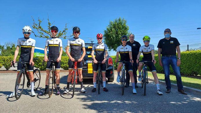 De zes junioren van Cycling Vlaanderen die zaterdag de Alpenklassieker reden. Voor hun eerste wedstrijd dit seizoen werd het meteen zware kost.