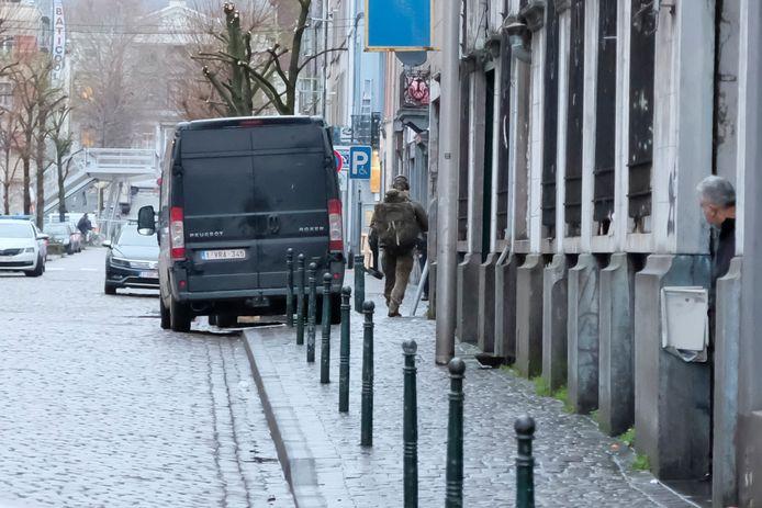 De politie gaat binnen in het huis in de Zeemtouwersstraat.