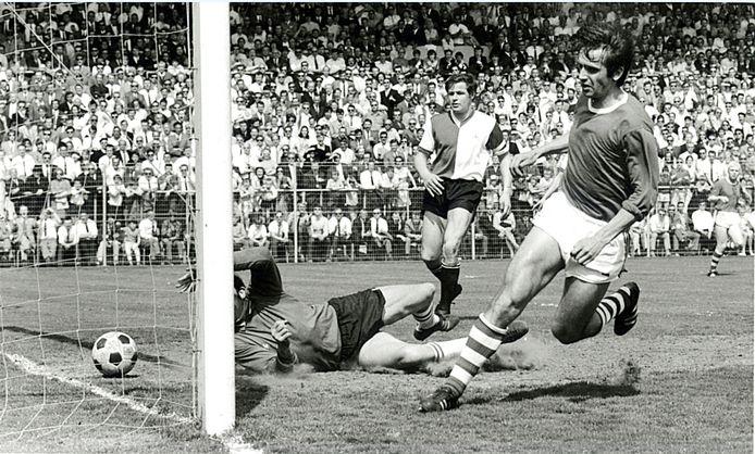 Willy van der Kuijlen scoort namens PSV in de Kuip.