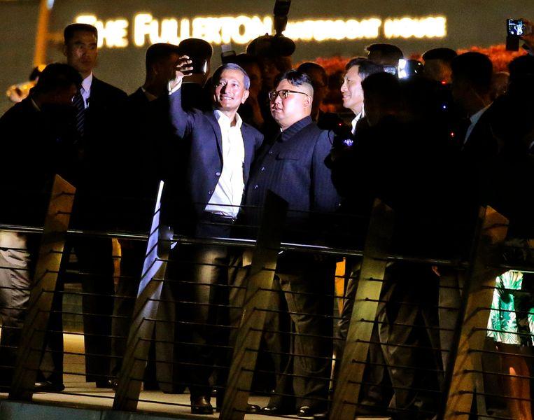 Kim Jong-un trekt selfies met de Singaporese buitenlandminister. Beeld EPA