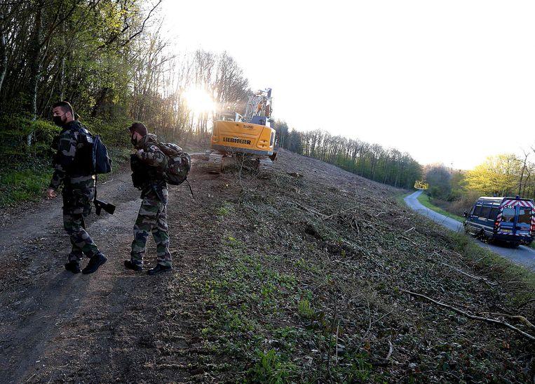 Leden van Franse gendarmerie bij de aanvang van de opgravingswerken. Beeld AFP