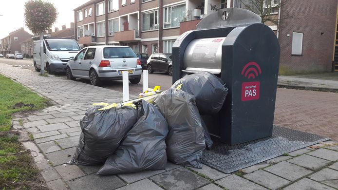 Afval naast ondergrondse afvalcontainers in de Arnhemse wijk Malburgen-Oost. Foto ter illustratie.