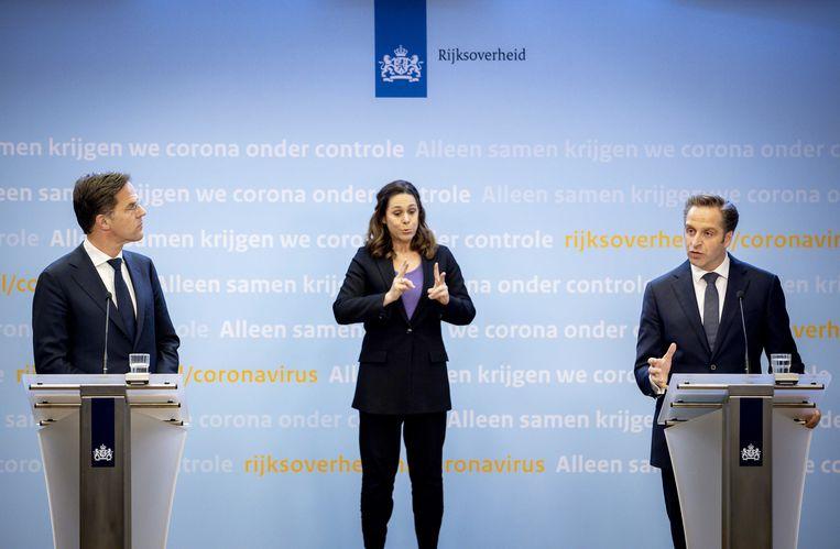 Demissionair premier Mark Rutte en demissionair minister Hugo de Jonge (Volksgezondheid, Welzijn en Sport) geven een toelichting op de coronamaatregelen in Nederland. ANP SEM VAN DER WAL Beeld ANP