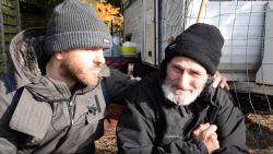 Jonathan geeft daklozen 500 euro. Dit zijn hun prachtige reacties