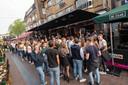 Lange rijen voor café De Zaak in Apeldoorn, voor de heropening bijna twee weken geleden.