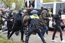 Demonstranten raken slaags met de Mobiele Eenheid (ME).