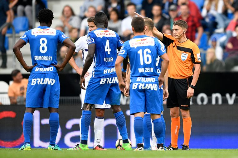 Genk's Omar Colley receives a red card from referee Jonathan Lardot during the Jupiler Pro League match between KRC Genk and Sporting Anderlecht, in Genk, Sunday 18 September 2016, on the seventh day of the Belgian soccer championship. BELGA PHOTO YORICK JANSENS Beeld BELGA