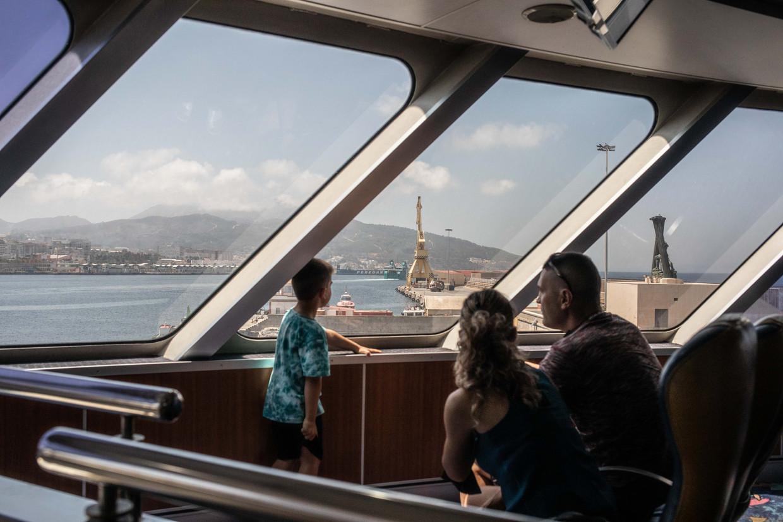 De bijna lege ferry tussen Algeciras en Ceuta. Gewoonlijk reizen veel Marokkanen in Europa in de zomer via deze route naar hun geboorteland. Beeld César Dezfuli