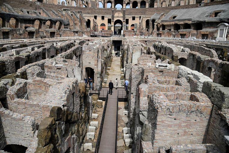 Toeristen in de gangen van het Colosseum. Beeld EPA