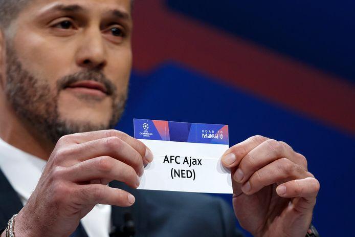 Julio Cesar toont het kaartje van Ajax voor de Champions League-loting van vorig jaar.