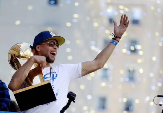 Stephen Curry laat zich toejuichen nadat hij met de Golden State Warriors de NBA gewonnen heeft.