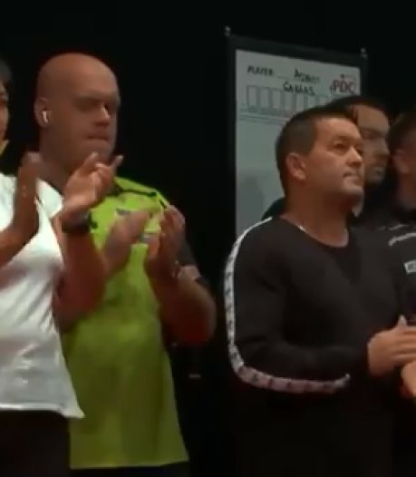 Mooi: darters klappen minuut lang als eerbetoon aan Kyle Anderson
