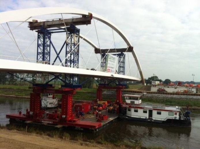 De Polbrug ligt bijna op zijn plek. foto Paolo Laconi