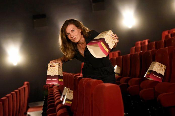Directeur Esther van der Lans van AnnexCinema is met popcorndozen aan het uitmeten hoe het zit met de afstanden tussen de stoelen, in verband met de heropening van de bioscoop in juni.