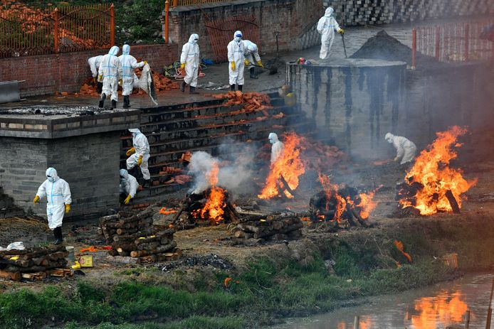 Aan de oever van de heilige rivier Bagmati in de Nepalese hoofdstad Kathmandu worden aan de lopende band coronaslachtoffers gecremeerd.