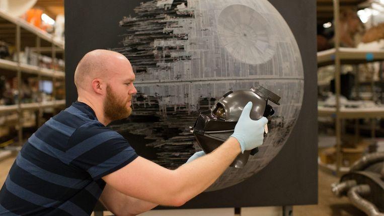 Een ontwikkelaar neemt digitale foto's van een maquette van de wereldberoemde Death Star. Beeld rv