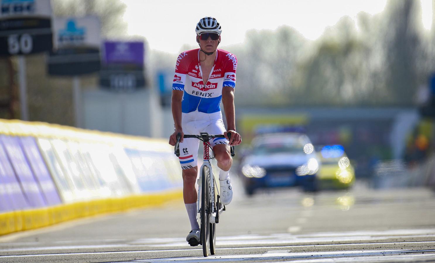 Mathieu van der Poel komt over de streep in Waregem.