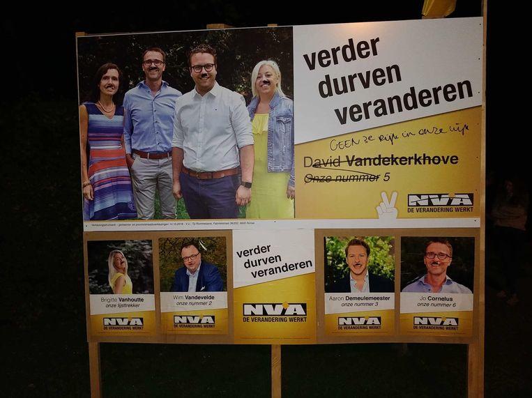 Een vandaal heeft de N-VA -kandidaten op het campagnebord een snor aangemeten.
