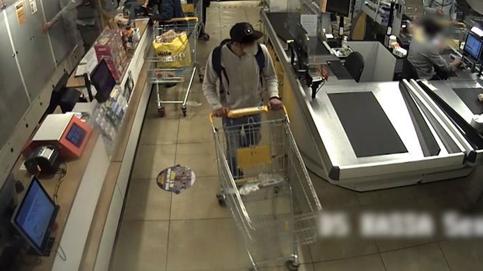 De verdachte loopt vervolgens zonder af te rekenen met zijn tas op zijn rug de winkel uit.