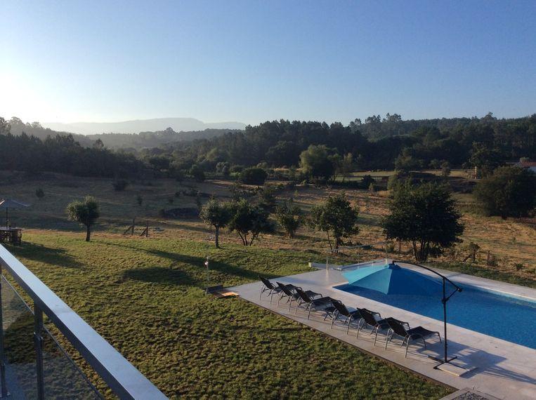 Vanaf het terras hebben de gasten een prachtig uitzicht op de bergen.