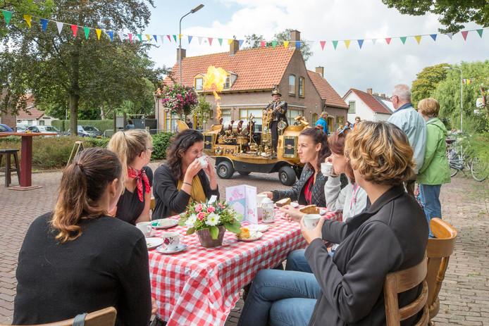 Dames aan de koffie met gebak in de Theetuin, op de achtergrond staat de Nautilus one-man-band muziek en vuur te maken.