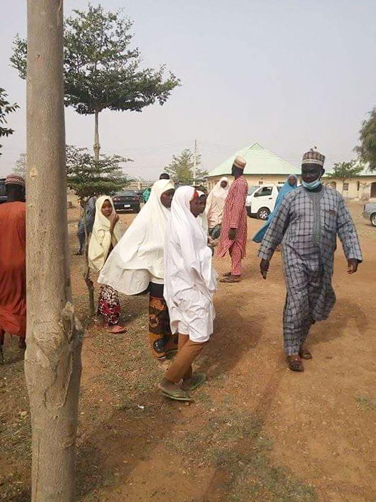 De ouders van de ontvoerde meisjes arriveren op de school van hun dochters.  Beeld AFP