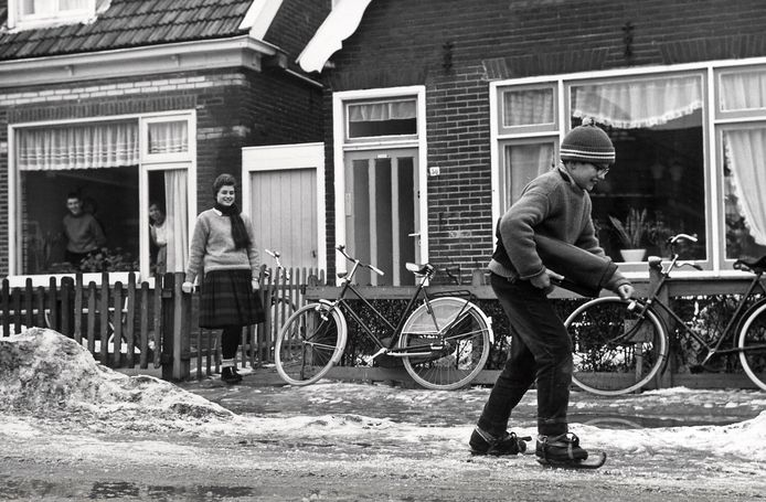 Tijdens de strenge winter van 1963 kon Jaap Verberg uit Den Burg schaatsend naar school.