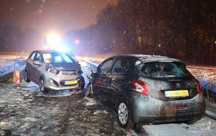 Auto's botsen op elkaar door gladheid in Bruchem.