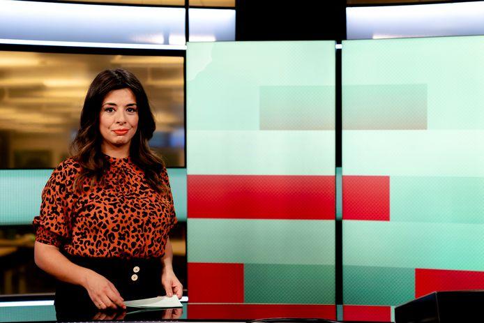 Nejifi Ramirez op haar werkplek, de televisiestudio van de NOS.