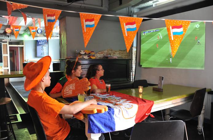 Voetbalsupporters laten zich vooralsnog niet zien in Dordtse cafés.