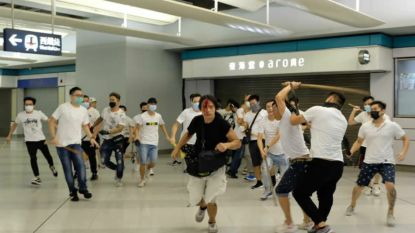Mannen met knuppels bestormen manifestanten in Hongkong, politie nergens te bespeuren