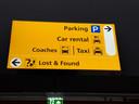 Verwijsbord in de nieuwe, nog ongebruikte terminal van Lelystad Airport.