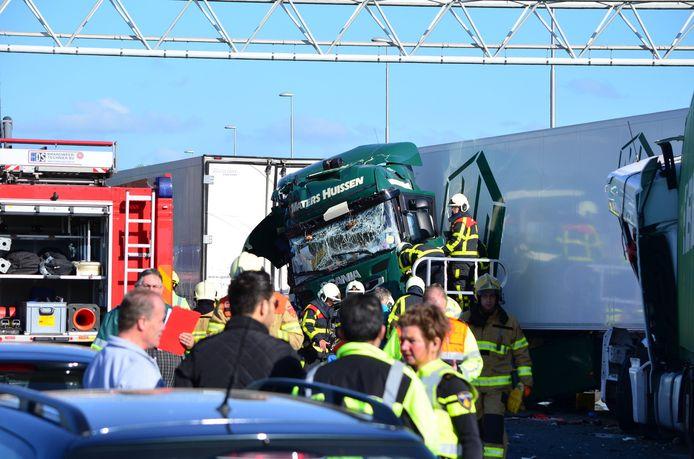 Hulpdiensten aan het werk op de ongevalsplek op de A12 bij Zevenaar.