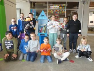 Leerlingen VIBLO Leieland wisselen boeken uit in ruilhuisje