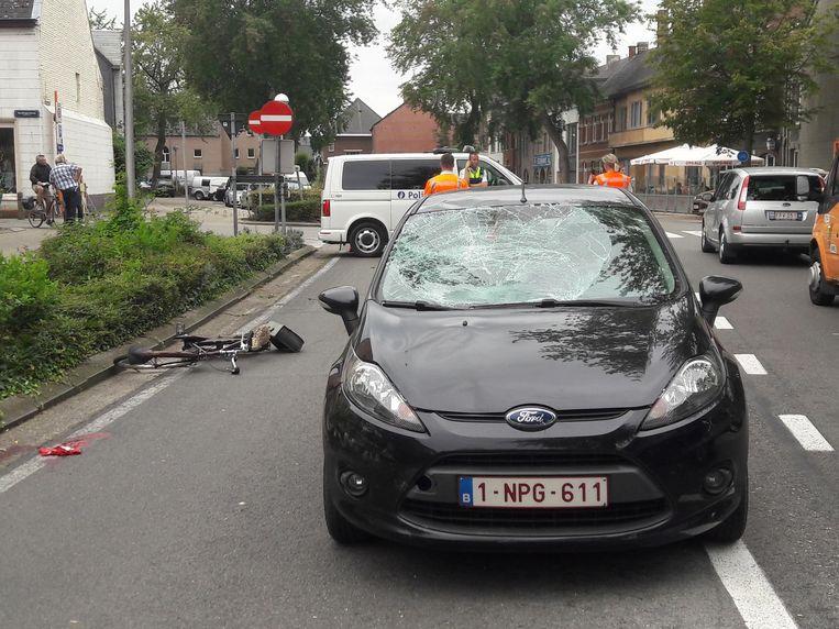 De voorruit van de auto werd verbrijzeld door de klap.